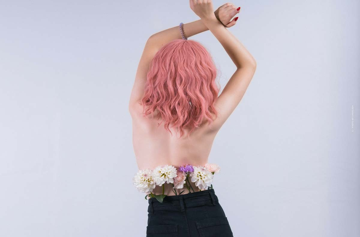 Ella Stoller: Virtuelles Model und digitale Influencerin mit pinken Haaren und individuellem Styling